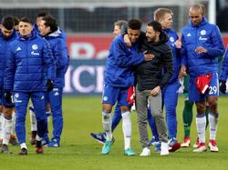 Schalke-Coach Domenico Tedesco (3.v.r.) freut sich mit Thilo Kehrer