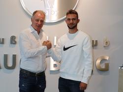 Simon Asta erhält Profivertrag vom FC Augsburg (Bildquelle: Twitter @FCAugsburg