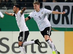 Nadiem Amiri (li.) feiert seinen Siegtreffer mit Matthias Ginter