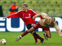 Bastian Schweinsteiger (l.) debütierte im viel zu großen Trikot des FC Bayern