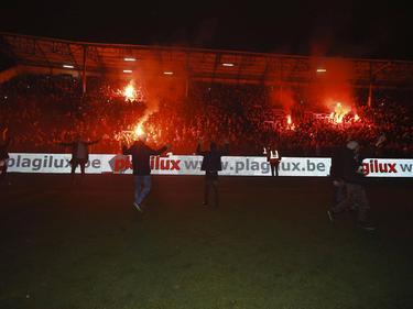 Fans van Royal Antwerp betreden het veld nadat de ploeg is gepromoveerd naar de Eerste Klasse A. (11-03-2017)
