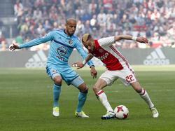 Karim El Ahmadi (l.) vecht een duel uit met Hakim Ziyech (r.) tijdens het competitieduel Ajax - Feyenoord (02-04-2017).