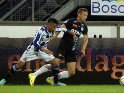 Alexander Bannink (r.) troeft Caner Çavlan (l.) af tijdens sc Heerenveen - De Graafschap. (11-08-2015)