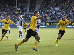 Adil Auassar heeft Roda JC op gelijke hoogte gebracht tegen Heracles Almelo. Tom Van Hyfte viert op de achtergrond mee. (07-08-2016)