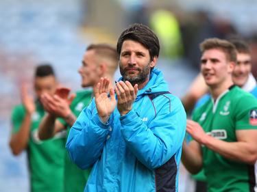 Danny Cowley (m.) kan het nauwelijks geloven, maar zijn Lincoln City FC heeft Premier League-club Burnley verslagen. (18-02-2017)