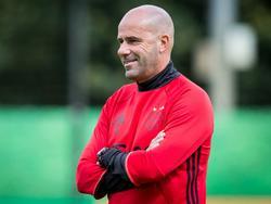 Ajax-trainer Peter Bosz kijkt tevreden tijdens de eerste training van de Amsterammers (29-06-2016).