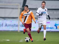 Imran Oulad Omar (l.) kijkt alvast vooruit, terwijl Fabian Serrarens (r.) bij de speler van Achilles'29 probeert te komen. (10-02-2017)