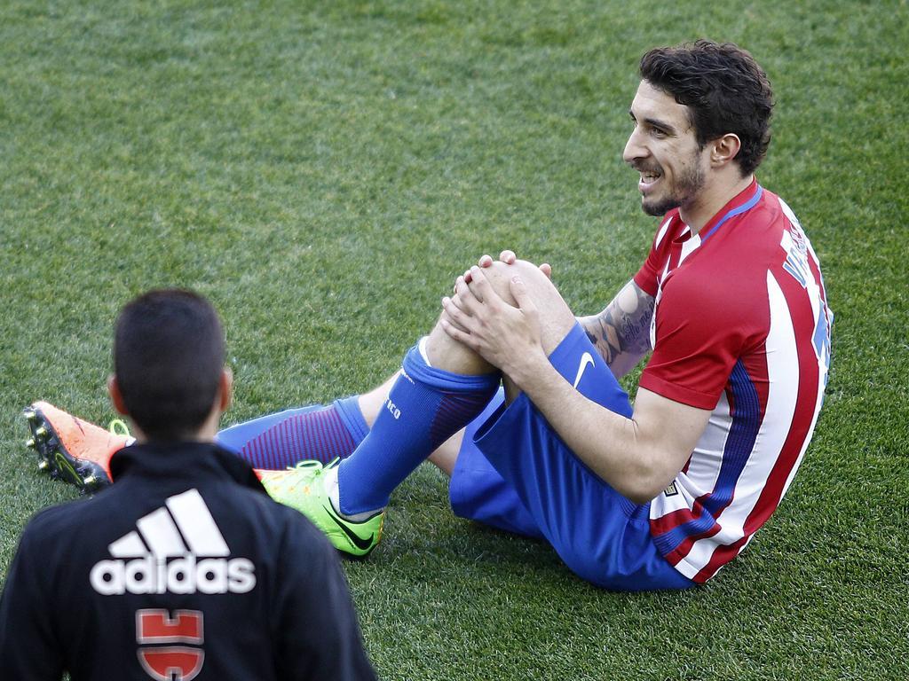 Šime Vrsaljko zit geblesseerd op de grond tijdens het competitieduel Atlético Madrid - Sevilla FC (19-03-2017).