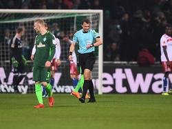 Schiedsrichter Felix Zwayer im Nord-Derby Werder Bremen gegen Hamburger SV