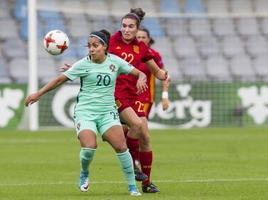 Suzane Pires (l.) probeert namens Portugal de bal te beschermen voor de Spaanse Mariona. (19-07-2017)