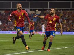 Rodrigo es felicitado por Jordi Alba en un duelo ante Albania. (Foto: Getty)
