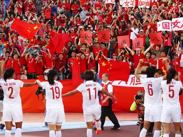 Nach einem 1:0-Erfolg über Kamerun feiern Chinas Damen bei der WM 2015 den Einzug ins Viertelfinale