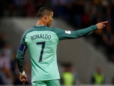 Cristiano Ronaldo wijst zijn ploeg de weg tegen Letland. (09-06-2017)