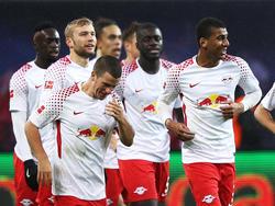 Leipzigs Spieler bedanken sich nach dem 2:0 gegen Werder bei den Fans