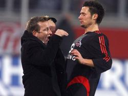 Duisburgs Coach Norbert Meier (l.) spielte im Dezember 2005 großes Theater