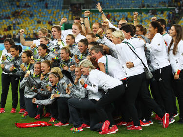 Las germanas lucen felices su medalla de oro tras vencer. (Foto: Getty)