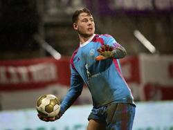Indy Groothuizen brengt de bal weer in het spel tijdens het competitieduel MVV - Jong Ajax. (12-12-2014)