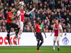 Davy Klaassen (r.) wint namens Ajax het kopduel van NEC'er Gregor Breinburg (l.). (20-11-2016)