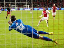 Lasse Schöne ziet zijn penalty voor Ajax gestopt worden door Excelsior-doelman Tom Muyters. (29-10-2016)