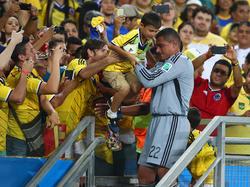 Faryd Mondragon lässt sich von den kolumbianischen Fans feiern