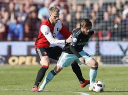 Lasse Schöne (r.) probeert Nicolai Jørgensen van zich af te schudden tijdens het competitieduel Feyenoord - Ajax (23-10-2016).