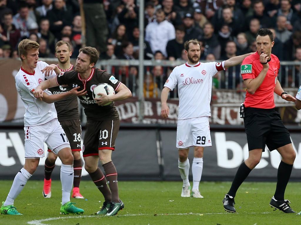 Mit Haken und Ösen geht es in der 2. Bundesliga zur Sache