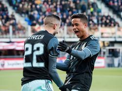 Hakim Ziyech heeft Ajax op een 2-0 voorsprong gezet tegen PEC Zwolle. De middenvelder viert dat feest met Justin Kluivert. (15-01-2017)