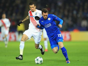 Fuchs, del Leicester, protege el balón ante Claudemir. (Foto: Getty)