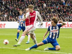 Matthijs de Ligt (l.) is sterker in duel met Wout Faes (r.) en zet Ajax op een 2-1 voorsprong tegen sc Heerenveen.