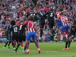 Saúl hace el 1-0 de cabeza ante la afición del Calderón. (Foto: Imago)