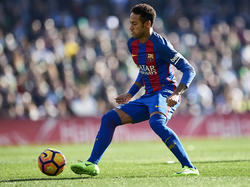Neymar controla un balón en su etapa con el FC Barcelona. (Foto: Getty)