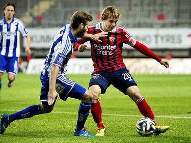 Simon Tibbling zorgt ervoor dat zijn tegenstander niet bij de bal kan komen tijdens IFK Göteborg - Djugarden. (29-09-14)