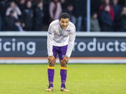 Maikey Parami moet even bijkomen tijdens het competitieduel De Treffers - VVSB (20-11-2016).