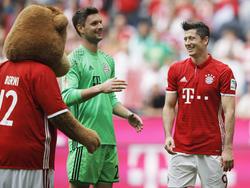 Sven Ulreich (Mitte) deutet seinen Abschied aus Bayern an