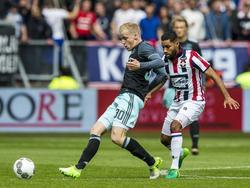 Donny van de Beek (l.) passt de bal naar een medespelers, terwijl Anouar Kali (r.) hem opjaagt. (14-05-2017)