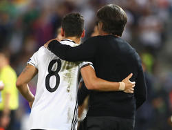 Mesut Özil und Joachim Löw machen Plätze gut