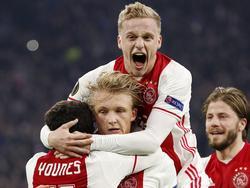 Amin Younes, Kasper Dolberg, Donny van de Beek en Lass Schöne (v.l.n.r.) vallen elkaar in de armen na de 2-0 van Dolberg tegen FC Kopenhagen in de achtste finale van de Europa League. (16-03-2017)