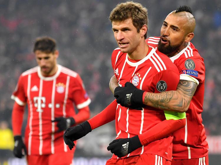 Thomas Müller (M.) war beim 5:0 der Bayern der gefeierte Mann