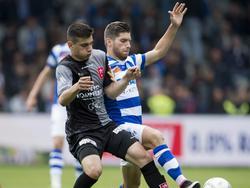 Florian Loshaj (l.) gooit de beuk erin tijdens het duel met Kristopher Vida van De Graafschap. MVV speelt tegen de Superboeren in de tweede ronde van de play-offs. (16-05-2016)