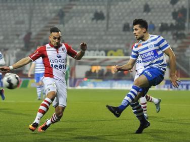 Tolgahan Çiçek (r.) geeft een voorzet tijdens het competitieduel FC Emmen - De Graafschap (10-02-2017).