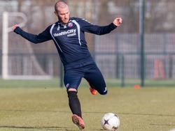 John Goossens haalt uit op de training van FC Utrecht. De clubloze linkspoot hoopt een contract af te dwingen in de Domstad. (19-02-2015)