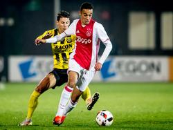 Noussair Mazraoui (r.) moet hard werken om Joey Sleegers (l.) van het lijf te houden tijdens de competitiewedstrijd Jong Ajax - VVV-Venlo. (31-10-2016)