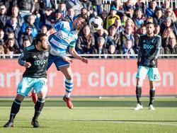 PEC Zwolle-middenvelder Mustafa Saymak wint het kopduel van Ajax-aanvaller Amin Younes. Op de achtergrond kijkt Hakim Ziyech toe. (15-01-2017)