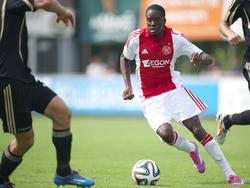 Queency Menig in actie voor Ajax in de voorbereiding op het seizoen 2014/2015. Frank de Boer noemde hem het grootste talent in de jeugdopleiding van Ajax.
