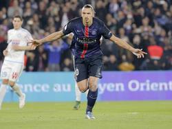 Binnen korte tijd mag Zlatan Ibrahimović twee keer aanleggen vanaf elf meter. De eerste strafschop gaat raak en ook bij de tweede maakt hij geen fout. (04-10-2015)