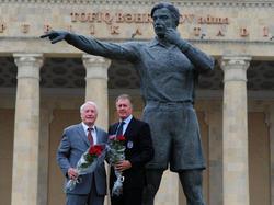 Hans Tilkowski und Sir Geoffrey Hurst posieren vor der Bronzestatue von Tofig Bahramov