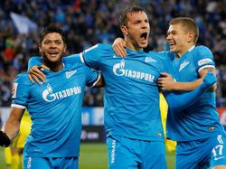 Artem Dzyuba (M.) lässt sich von seinen Teamkollegen Hulk (l.) und Oleg Shatov feiern
