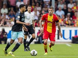 Jairo Riedewald (l.) bekijkt zijn afspeelmogelijkheden terwijl Kevin Brands (r.) de middenvelder van Ajax op de huid zit tijdens het competitieduel met Go Ahead Eagles. (28-08-2016)