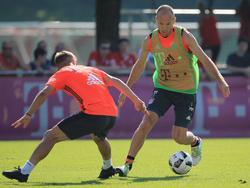 Robben (r.) will bald auch wieder in Pflichtspielen seine Gegner stehenlassen