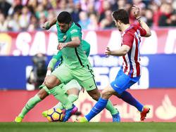 Luis Suárez hace un regate en el Atlético-Barcelona del pasado febrero. (Foto: Getty)